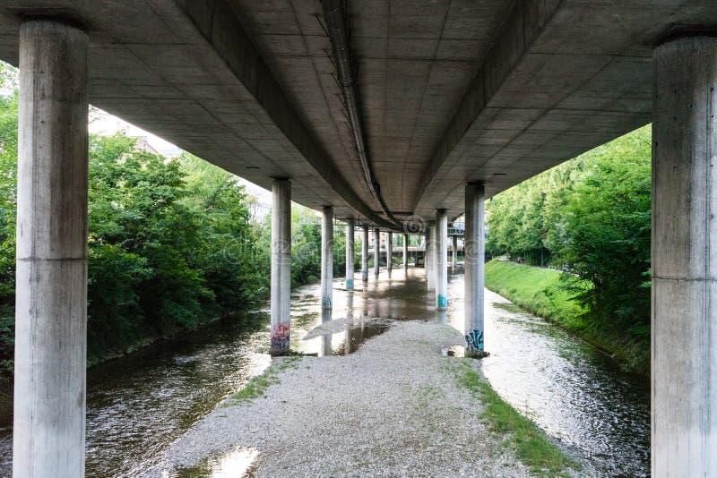 Sottopassaggio della strada principale da calcestruzzo con il piccolo fiume fotografia stock