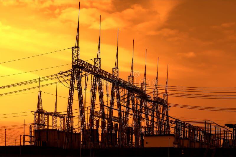 Sottostazione ad alta tensione del trasformatore elettrico, tramonto fotografia stock