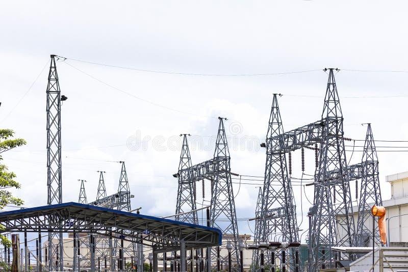 Sottostazione elettrica elettrica ad alta tensione con il fondo luminoso del cielo immagini stock libere da diritti