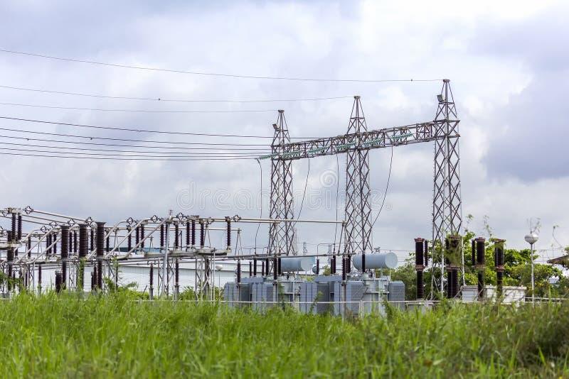 Sottostazione elettrica elettrica ad alta tensione con il fondo scuro nuvoloso del cielo fotografia stock