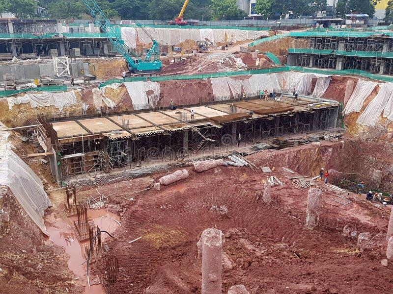 Sottostruttura e sovrastruttura di costruzione in costruzione facendo uso del metodo aperto tagliato immagini stock libere da diritti