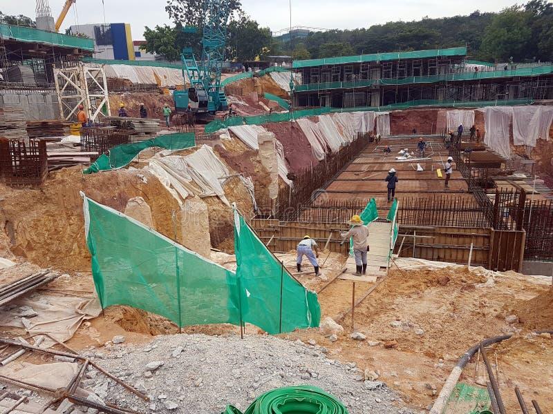 Sottostruttura e sovrastruttura di costruzione in costruzione facendo uso del metodo aperto tagliato fotografie stock