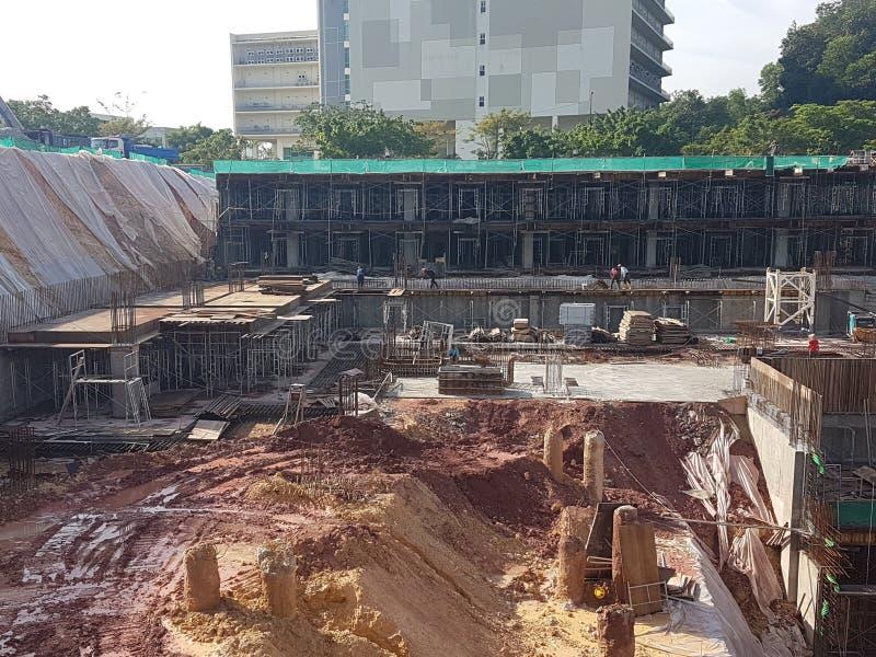 Sottostruttura e sovrastruttura di costruzione in costruzione facendo uso del metodo tagliato aperto fotografia stock