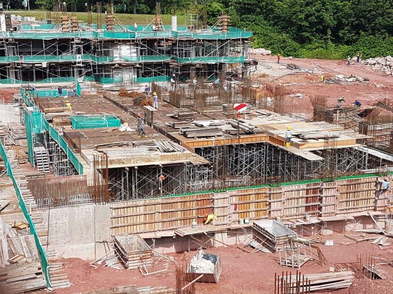 Sottostruttura e sovrastruttura di costruzione in costruzione facendo uso del metodo tagliato aperto fotografia stock libera da diritti