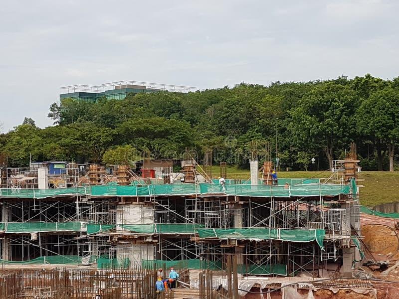 Sottostruttura e sovrastruttura di costruzione in costruzione facendo uso del metodo tagliato aperto immagine stock