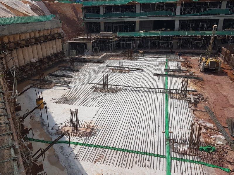 Sottostruttura e sovrastruttura di costruzione in costruzione facendo uso del metodo tagliato aperto immagini stock libere da diritti