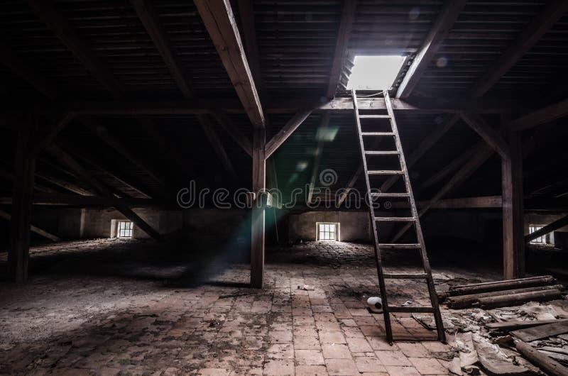 sottotetto con la scala e la luce immagini stock