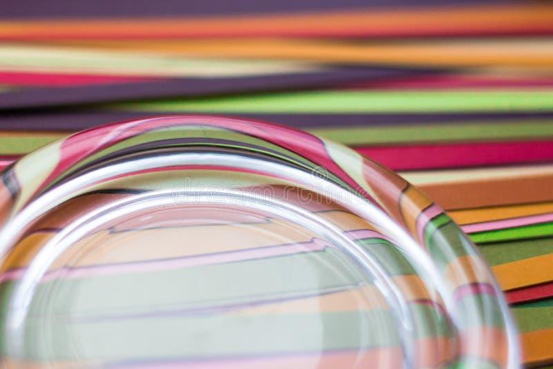 Sottragga il fondo colorato delle strisce di carta colorata immagine stock