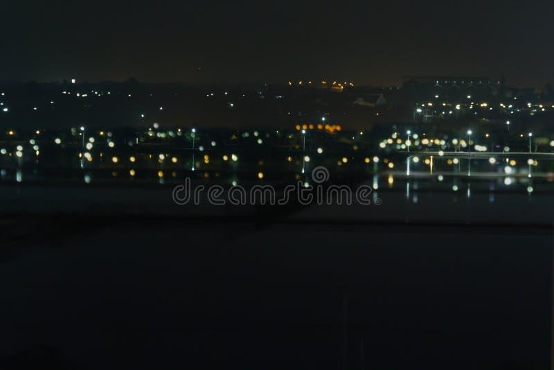 Sottragga la città o la città vaga del bokeh della luce notturna del fondo con fotografia stock libera da diritti