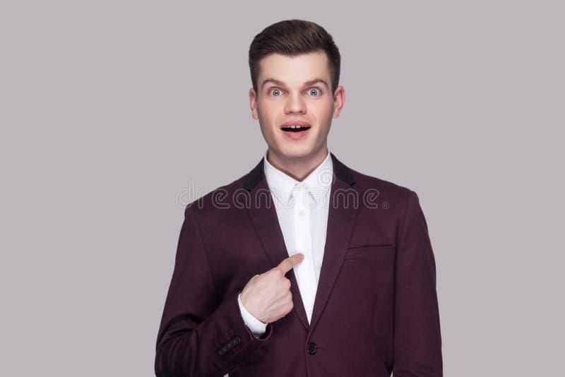 Sou eu vencedor?! Retrato do homem novo surpreendido considerável na SU violeta imagens de stock