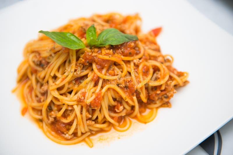Souce томата спагетти с свежим базиликом стоковое изображение rf