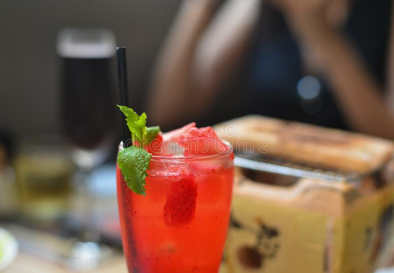 Soude de fraise avec la menthe poivrée sur le dessus image libre de droits