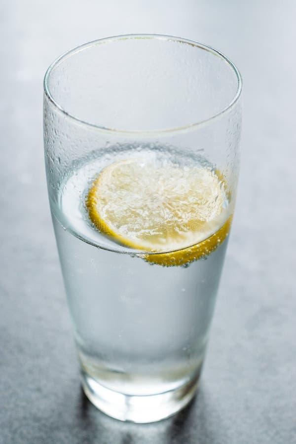 Soude de l'eau minérale de boisson de Churchill avec du sel et le citron/Corcil photos stock