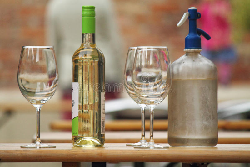 Soude et vin et verres photo stock