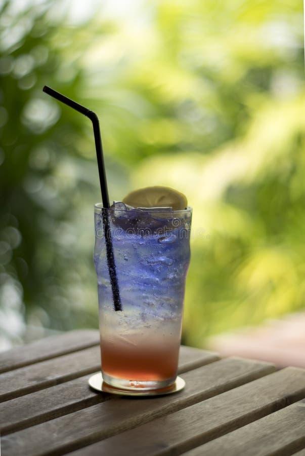 soude italienne bleue, eau de limonade avec de la glace et citron de chaux photos stock