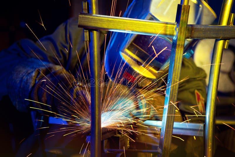 Soudeuse érigeant l'acier technique image stock