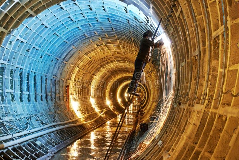 Soudeuse au chantier de construction souterrain de souterrain images libres de droits