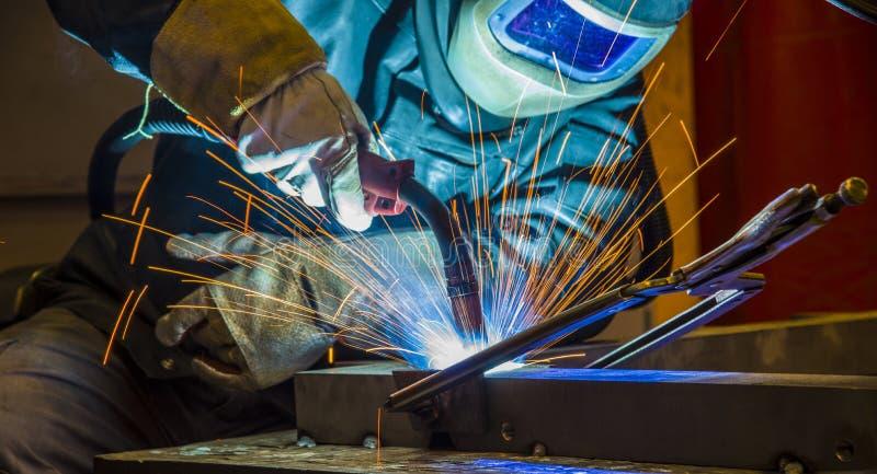 Soudeuse en acier industrielle dans l'usine technique, photos libres de droits