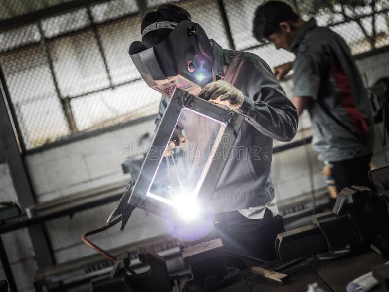 Soudeuse fonctionnante dans l'action avec les étincelles lumineuses photos libres de droits