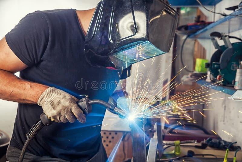Soudure d'homme une machine de soudure en métal images libres de droits