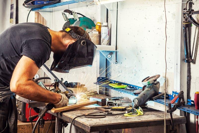 Soudure d'homme une machine de soudure en métal photographie stock libre de droits