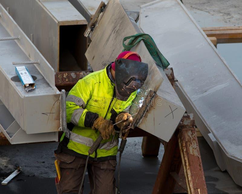 Soudure sur des poutres à un chantier de construction photos stock