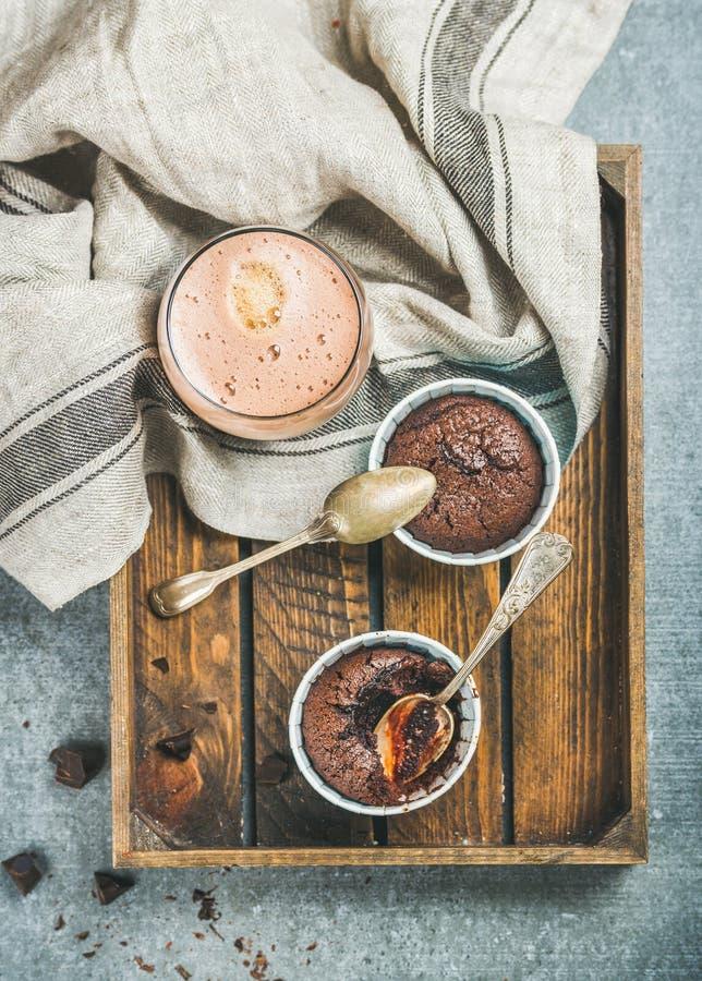 Soufflè del cioccolato in singoli tazze e caffè bollenti della moca immagini stock