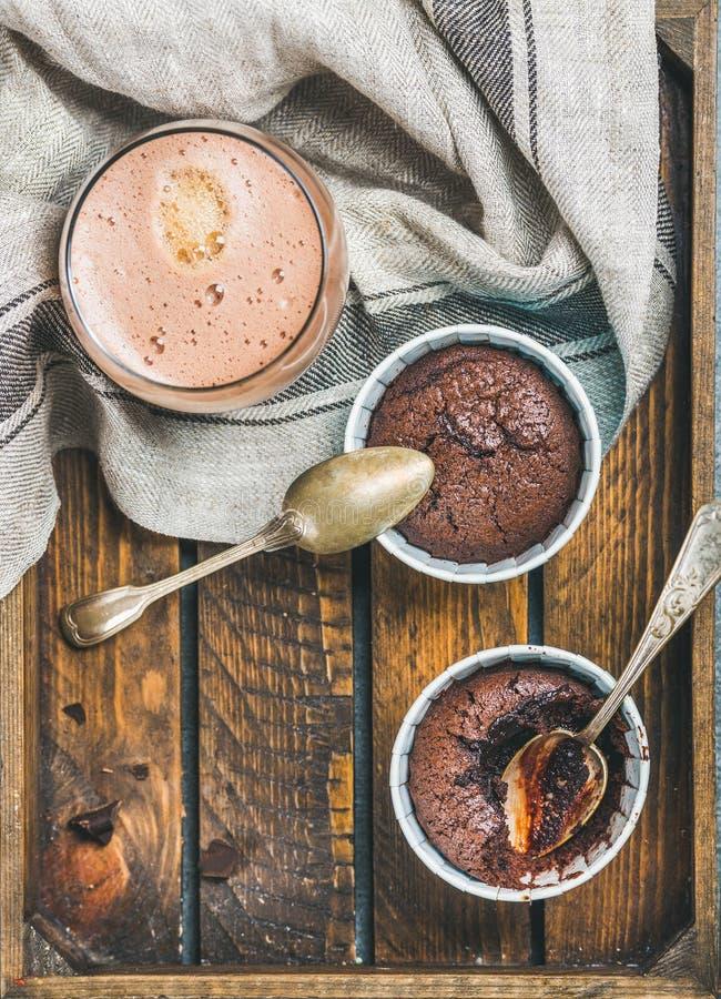Soufflè del cioccolato in tazze e caffè bollenti della moca, spazio della copia immagini stock libere da diritti