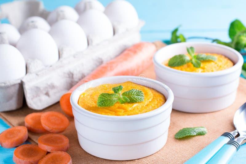 Soufflè di formaggio al forno con le carote in ramekin bianco fotografia stock
