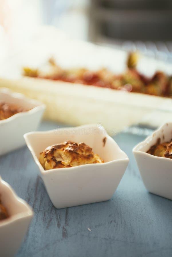 Soufflè mini di formaggio e del prosciutto fotografia stock