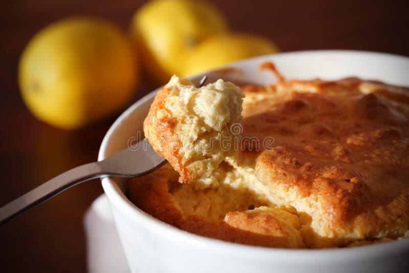 Soufflé avec du fromage sur une fourchette, mangeant photographie stock libre de droits