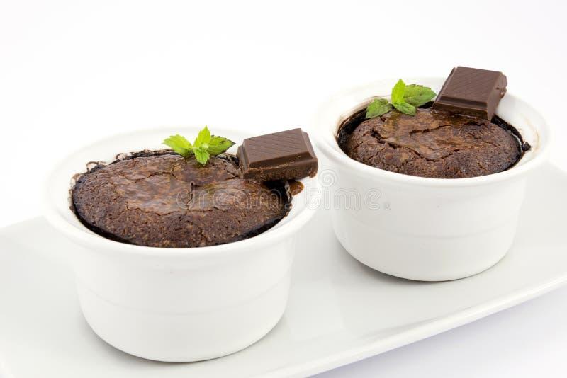 Soufflé de chocolat avec de la sauce à chocolat photo stock