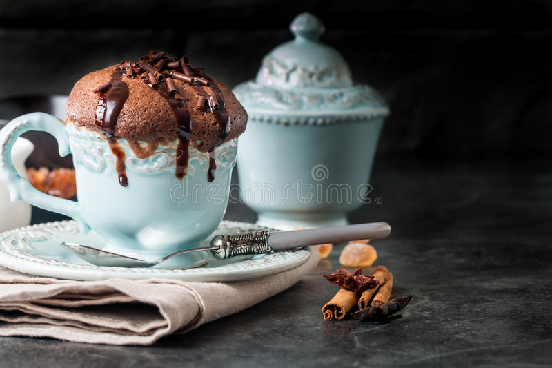 Soufflé de chocolat avec du chocolat photo stock