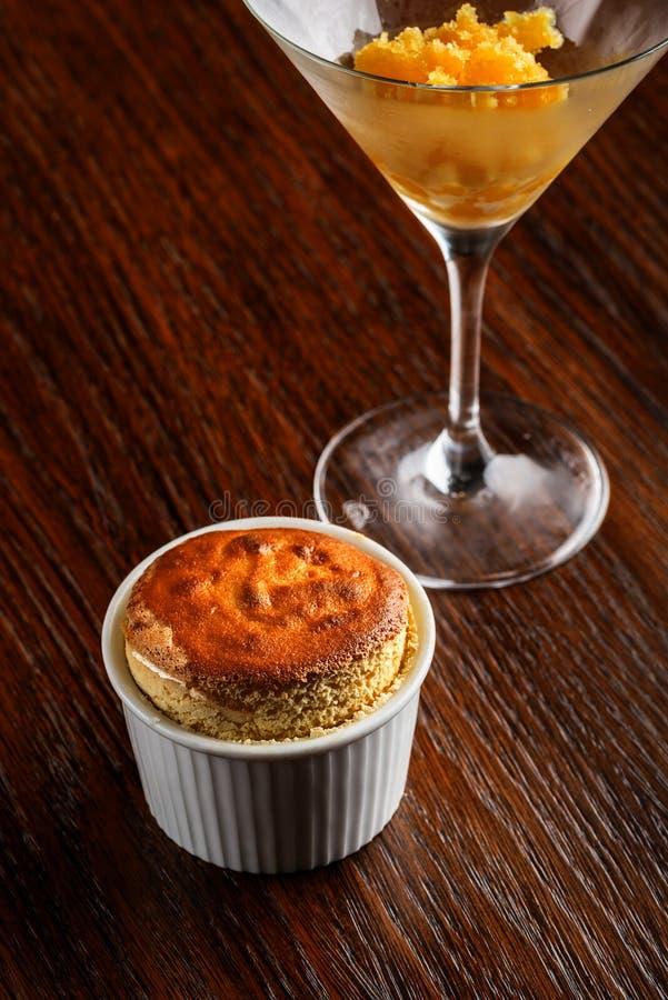 Soufflé de vanille avec le sorbet et la glace à la vanille de mangue avec servi sur la table en bois, photographie de produit pou images stock