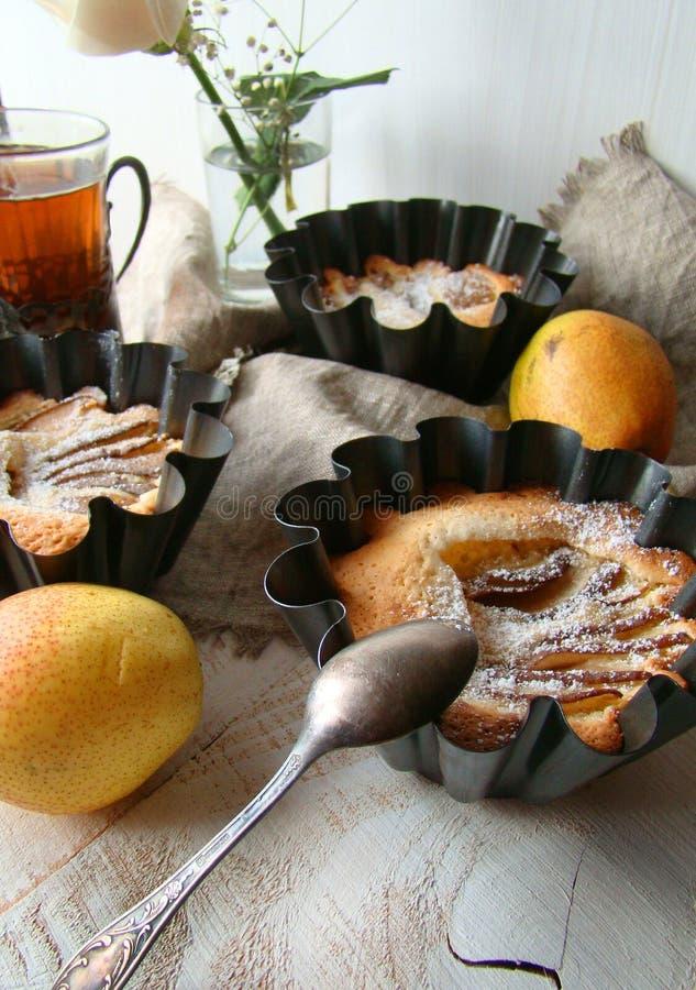 Soufflé met peren en amandelen stock foto's