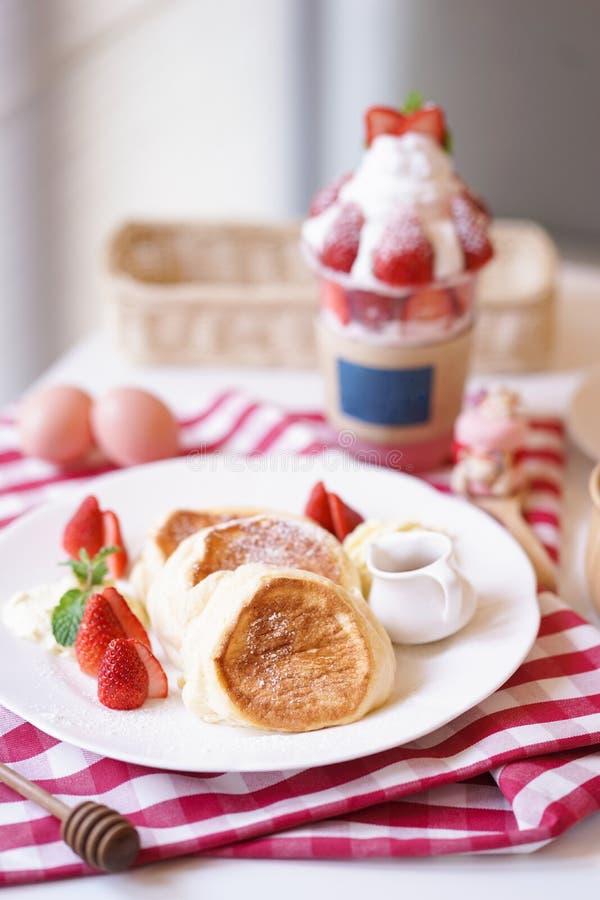 Soufflépannekoeken Een ontbijtmenu voor ontspant ochtend die als pannekoek van de suikerglazuursoufflé met boter, stroop en aardb royalty-vrije stock foto's