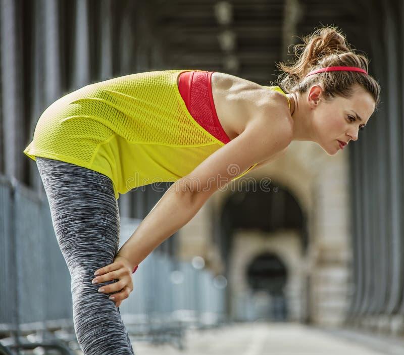 Souffle contagieux de femme active après exercice sur le pont à Paris photos libres de droits