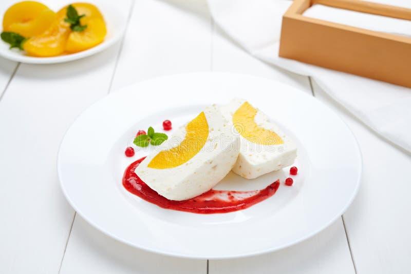 Souffle cotta Panna επιδόρπιο με τη σάλτσα ροδάκινων και μούρων στοκ εικόνες