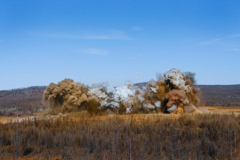 Souffle dans la carrière d'extraction à ciel ouvert photos stock
