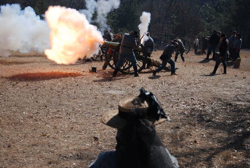 Souffle de canon avec l'incendie et la fumée image stock