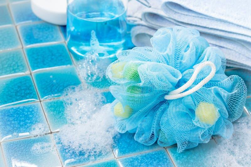 Souffle ou éponge bleu mol de bain photographie stock libre de droits
