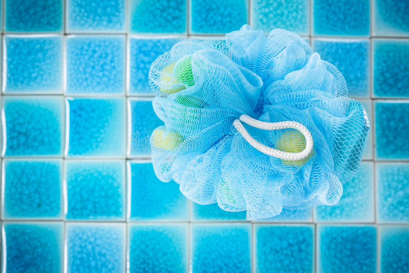 Souffle ou éponge bleu mol de bain photo stock