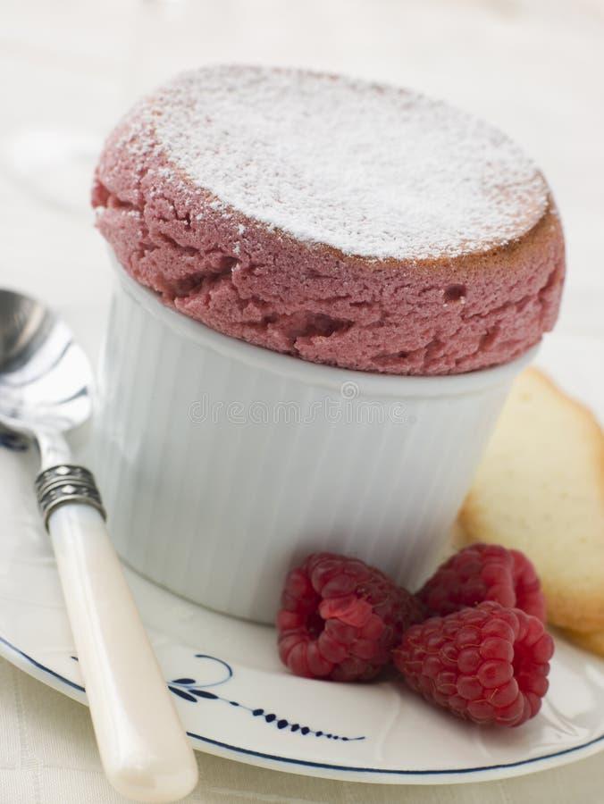 Souffle quente da framboesa com Langue de Conversa Biscoito foto de stock royalty free