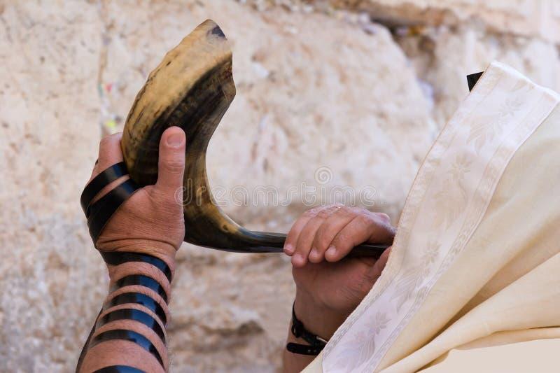 Soufflement dans le shofar. photographie stock
