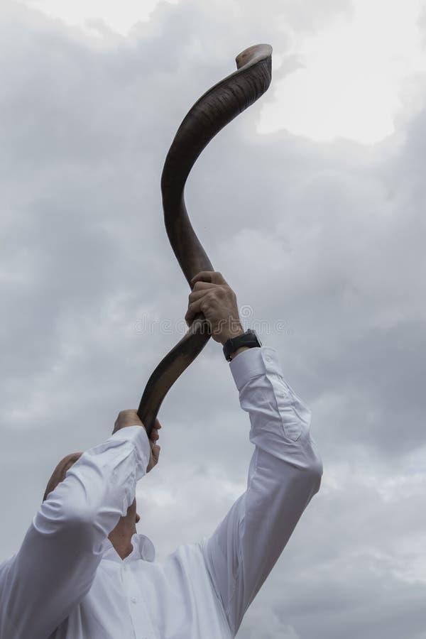 Soufflement de klaxon de Shofar images stock