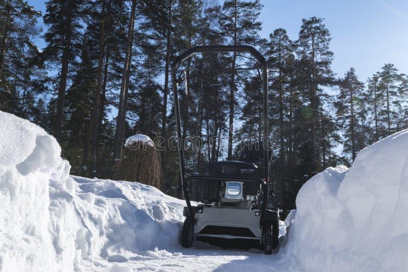 Souffleuse de neige au travail un jour d'hiver Chasse-neige enlevant la neige après tempête de neige Dégagement de la glace Machi images stock