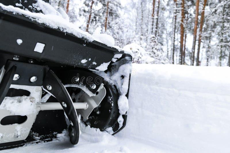 Souffleuse de neige au travail un jour d'hiver Enlever la neige après des chutes de neige de tempête de neige Dégagement de la gl photos libres de droits