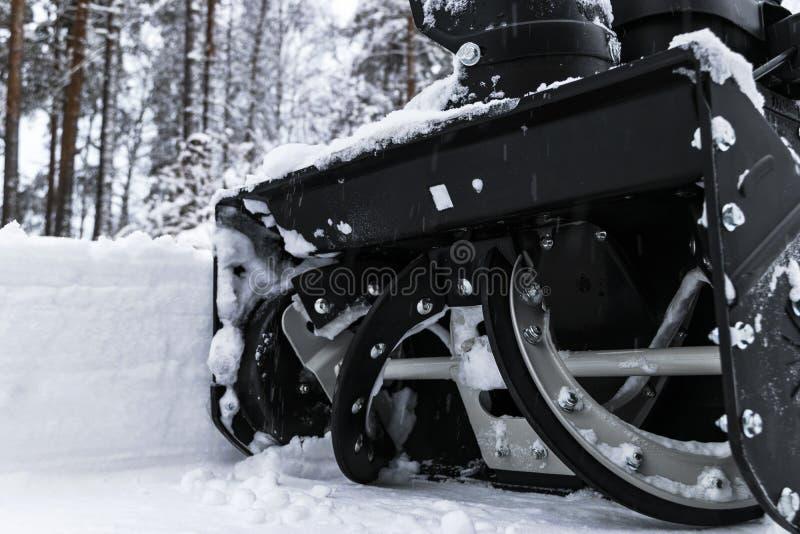 Souffleuse de neige au travail un jour d'hiver Enlever la neige après des chutes de neige de tempête de neige Dégagement de la gl photos stock