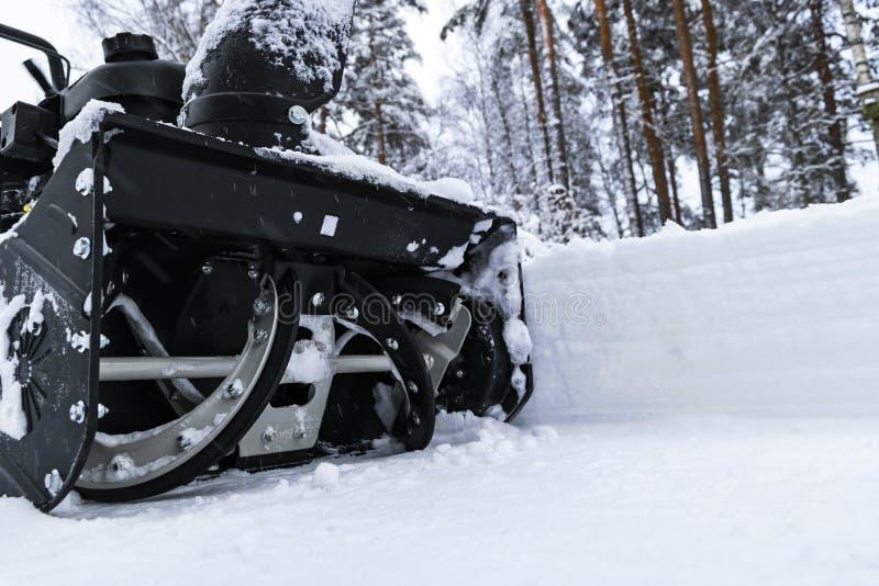 Souffleuse de neige au travail un jour d'hiver Enlever la neige après des chutes de neige de tempête de neige Dégagement de la gl images stock