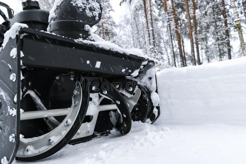Souffleuse de neige au travail un jour d'hiver Enlever la neige après des chutes de neige de tempête de neige Dégagement de la gl photographie stock